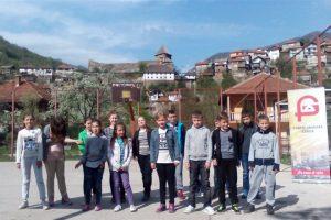 Priredba pred školom-u pozadini Vranduk sa džamijom